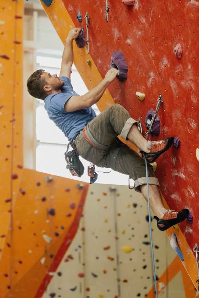 Klettern im Vorstieg ins anspruchsvoll